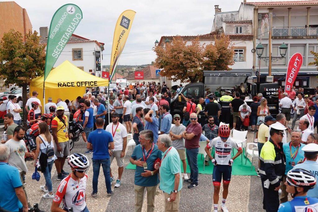 aqui há volta a portugal em bicicleta bdr bandeiras e mastros