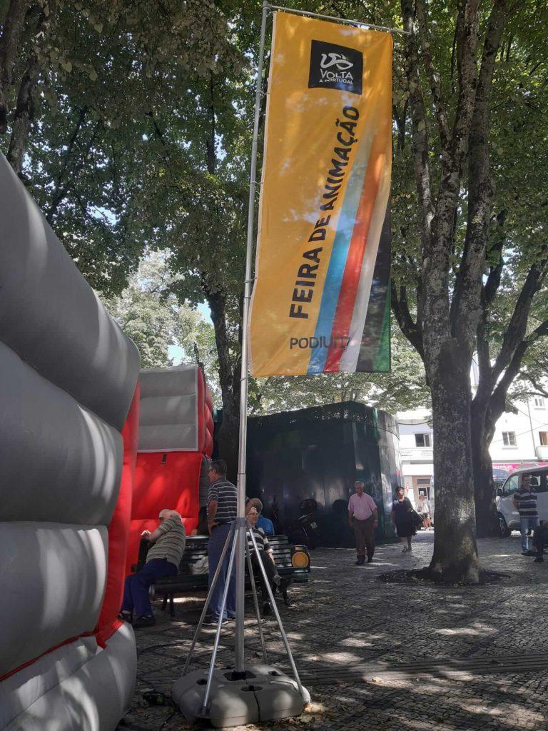 volta a portugal em bicicleta santander bdr bandeiras e mastros feira animacao